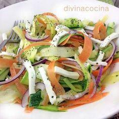 ensalada-de-calabacin, calabacín, zahahoria, queso fresco, cebolla, menta y albahaca, vinagreta: aceite, vinagre de manzana, sal y pimienta.