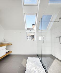 schuine wand in de badkamer? geen probleem. een dakraam van #fakro, Badkamer