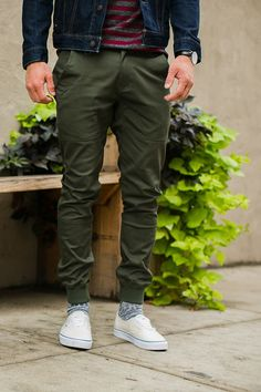 Jogger are in trend right, they are comfy and best for a casual day. Here is all you need to know about joggers and 3 cool looks to reinvent casual! Olive Green Pants Outfit, Olive Pants, Jogger Pants Outfit, Mens Jogger Pants, Jeans Pants, Mode Cool, Casual Wear For Men, Casual Outfits, Fashion Outfits