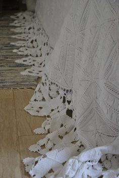 Shabby soul: Flea Finds--just a pic but what a beautiful handmade coverlet. use left over lace for duvet cover - linen Shabby Chic Bedrooms, Shabby Chic Cottage, Shabby Chic Decor, Flower Texture, Crochet Bedspread, Manta Crochet, Linens And Lace, Beautiful Bedrooms, Soft Furnishings