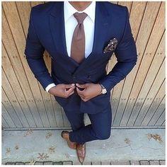 Algo tan simple como optar por un traje azul marino y una camisa de vestir blanca puede distinguirte de la multitud. Activa tu modo fiera sartorial y haz de zapatos oxford de cuero marrónes tu calzado.