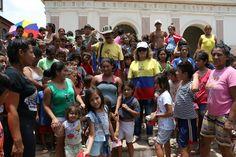 Colombianos entregan juguetes y golosinas a niños frente a la Catedral