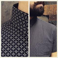 Nuevas camisas manga corta en nuestra tienda. Miniprint geométrico blanco sobre negro. #belikepardo  (at Pardo)