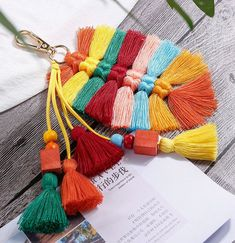 Yarn Crafts, Sewing Crafts, Diy Keychain, Tassel Keychain, Keychains, Tassel Purse, Macrame Design, Boho Bags, Macrame Projects