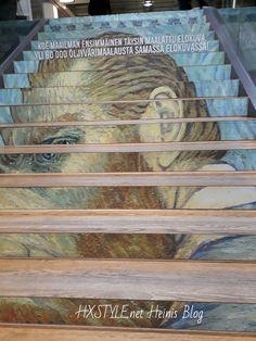 TENNISPALATSI ALAKERRAN ISO MAINOS, portaiden vieressä VINCENT VAN GOGH NÄYTTELY AVOINNA 16 – 20.00 KERROS ja 2. SALI vieressä SISÄÄNKÄYNTI näyttelyyn näkyy kuvan keskellä, jota ovea minäkin …