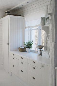 white cabinets + those handles. via Julias Vita Drömmar Shabby Chic Kitchen, Country Kitchen, New Kitchen, Vintage Kitchen, Cottage Interiors, Laundry In Bathroom, Scandinavian Home, Beautiful Kitchens, Tall Cabinet Storage