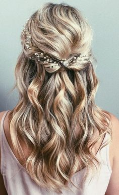 Wedding Hair Down 42 Half-Up Wedding Hair Ideas That Will Make Guests Swoon On Your Big Day - Half-up hair is the perfect style for a relaxed wedding look. Bridal Hair Half Up Half Down, Half Up Wedding Hair, Wedding Hairstyles Half Up Half Down, Wedding Hairstyles For Long Hair, Wedding Hair And Makeup, Bridal Hair Half Up Medium, Hair For Prom, Prom Hair Down, Bridesmaid Hair Half Up Medium