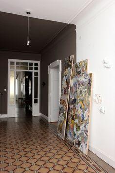 I colori In corridoio, il grigio e il bianco sono proiezioni del colore scelto per le stanze. Il gruppo di pannelli e sculture fa parte della serie Billowing