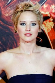 Jennifer Lawrence has never shied away from beachy waves, blonde hair, dramatic pixie cuts, or sultry smoked-out eyes. Law's best hair and makeup moments from the red carpet. Jennifer Lawrence Short Hair, Jenifer Lawrence, Celebrity Short Hair, Celebrity Hairstyles, Celebrity Outfits, Celebrity Style, Short Hair Cuts, Short Hair Styles, Short Pixie