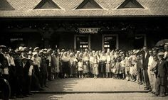občania Starej Turej očakávajú prvý vlak 1608 na trati Veselí nad Moravou - Nové Mesto nad Váhom, dňa 1.9.1929, ktorý mešká 30 minút – v železničná stanica Stará Turá. Mesto, I Am The One