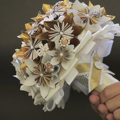 Buquê Noiva 14 - Flores de Origami Diy And Crafts, Arts And Crafts, Origami Wedding, Tissue Paper Flowers, Button Crafts, Quilling, Craft Projects, Bouquets, Origami Decoration