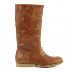 Bruine laarzen uitgevoerd in cognackleurig leer met stiksels. Het bewerkte leer geeft de laarzen een vintage look. De boots hebben een ronde neus en houtlook zool, zijn gevoerd met leer en hebben een leren binnenzool. De schachthoogte is 31 cm en de schac