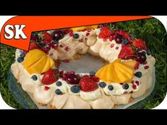 You will love to make this gorgeous Christmas Berry Wreath Pavlova and it couldn't be easier! Watch the video tutorial and check out the different versions. Christmas Pavlova, Christmas Deserts, Christmas Treats, Christmas Foods, Merry Christmas, Christmas Cakes, Elegant Christmas, Christmas Stuff, Dacquoise