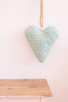Misschien zag je hem al voorbij komen op Craft Kitchen...het mintkleurige hart kussen..! Dit kussen haakte ik met een dubbele draad van By Claire nr. 2 in de kleur Mint. Het is super leuk voor op het bed van je dochter, of je hangt hem net als ik aan de muur :)