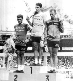 Tour de France 1965. 14-07-1965, 22^Tappa. Versailles - Parigi (cron). Parc des Princes. L'inedito podio dell'edizione 1965 del Tour: 1° Felice Gimondi (1942), 2° Raymond Poulidor (1936), 3° Gianni Motta (1943)