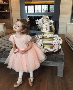 """39.3 ezer kedvelés, 226 hozzászólás – Lena Perminova (@lenaperminova) Instagram-hozzászólása: """"Arisha and her amazing birthday cake by @anna_krasovskaia """""""