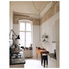 I am so INTO these white walls combined with a raw unpainted historic ceiling - nice kitchen walls Interior Exterior, Kitchen Interior, Interior Architecture, Kitchen Design, Interior Design, Casa Milano, Kitchen Dinning, Kitchen Walls, Kitchen Rustic