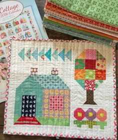 I think this is such a cute little mini quilt! Lori Holt designed it and you can… I think this is such a cute little mini quilt! Lori Holt designed it and you can find the tutorial here . Small Quilt Projects, Quilting Projects, Quilting Designs, Mini Quilts, Small Quilts, House Quilt Patterns, House Quilt Block, Quilt Blocks, Quilt Baby