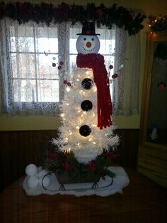 Snowman tree Christmas Tree Topiary, Snowman Christmas Tree Topper, Snowman Tree, Christmas Tree Themes, Christmas Projects, Christmas Tree Decorations, Holiday Crafts, Christmas Wreaths, Xmas Trees
