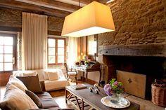 Dans le Finistère breton, une ancienne longère de famille a été transformée en demeure chic et colorée. Un bel alliage de tradition et de modernité.