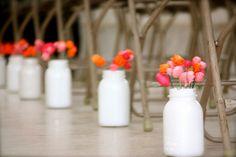 Vidros de maioneses pintados de branco com hortências