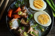 Rosół azjatycki - długo gotowany, bardzo esencjonalny wywar, pyszny, pełen smaku umami, rozgrzewający, idealny dla osób potrzebujących wzmocnienia. Ramen, Food And Drink, Meat, Ethnic Recipes