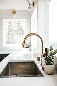 Photo from Strohmaier Construction kitchen renovation collection by Alicia Hauff Photography - Home Decor Minimal Kitchen, New Kitchen, Kitchen Dining, Kitchen Decor, Minimalistic Kitchen, Space Kitchen, Kitchen Styling, Kitchen Plants, Kitchen Cabinets