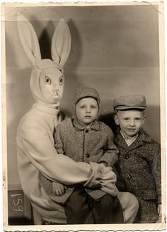 And you thought the rabbit from Donnie Darko was creepy. By the look on his face, this bunny is ready to eat this little boy. That baby's face says - Funny - Check out: Vintage Easter Bunny Photos That Will Make Your Skin Crawl on Barnorama Donnie Darko, Vintage Bizarre, Creepy Vintage, Funny Vintage, Funny Shit, The Funny, Funny Stuff, Scary Stuff, Hilarious Stuff