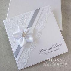 accessoire faire part mariage élégant avec dentelle blanche, fleur et strasswww.jolies-fetes.fr