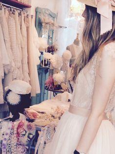 En el showroom de Immacle en Canet de Mar. Probando vestidos de novia www.immacle.com