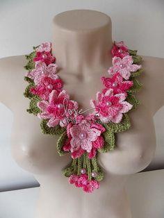 Lindo colar com flores de crochê. Feito em linha de algodão nas cores: verde suave, pink e linha mesclada em tons de rosa. As flores não são grandes, o que proporcionou a peça bastante delicadeza. Um acessório charmoso, romântico e delicado.  Comprimento aproximado: 58 cm. R$ 79,00