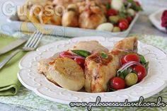 A dica para o #almoço de domingo, é esta delicia de Coxas de Frango Assadas ao Molho de Tomate! São super rápidas e fáceis de fazer!  #Receita aqui: http://www.gulosoesaudavel.com.br/2014/11/24/coxas-frango-assadas-molho-tomate/