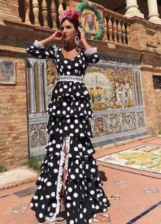 ¿Qué marcas eligen? ¿Cómo se ponen las flores y el mantoncillo? Te mostramos todos los trajes de flamenca que las influencers han lucido Nice Dresses, Prom Dresses, Wedding Dresses, Frill Dress, Traditional Fashion, African Dress, Retro Fashion, Evening Gowns, Trendy Outfits