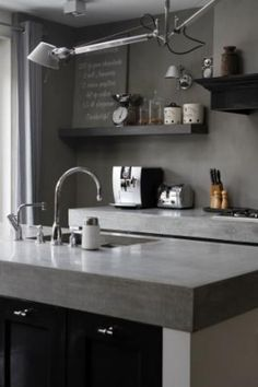 Mooie combinatie van materialen; betonnen aanrechtblad, massief zwarte frontjes en glad witte zijkant