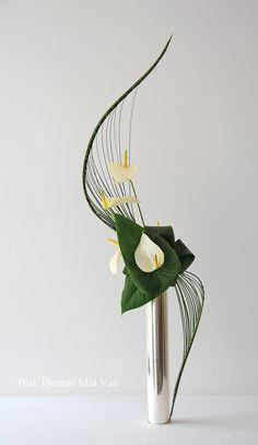 Twitter Creative Flower Arrangements, Funeral Flower Arrangements, Ikebana Flower Arrangement, Ikebana Arrangements, Funeral Flowers, Flower Vases, Flower Art, Modern Floral Arrangements, Ikebana Sogetsu