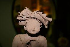 Figura de barro modelada a mano antes de ser pintada con esmaltes de alta temperatura y horneada para su acabado cerámico.