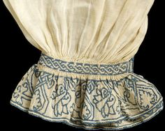 Men's Shirt, Linen embroidered with silk thread. Courtesy of Victoria & Albert Museum. Until the mid century a man's shirt was an item of underwear. Elizabethan Costume, Medieval Costume, Medieval Dress, Historical Costume, Historical Clothing, Vintage Outfits, Vintage Fashion, Renaissance Shirt, Italian Renaissance