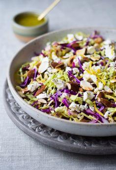Super skøn salat med spidskål, mandler og feta og den allerbedste citrondressing. En nem salat, der altid vækker begejstring.