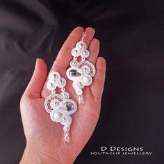 Soutache Earrings. Unique White Bridal Wedding por DDesignsSoutache