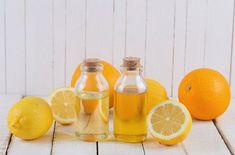 天然の食器洗剤は安全ですが汚れ落ちがイマイチなのが難点ですね。市販の汚れ落ちのよい食器洗剤を使うか?安全性を取るか?悩むこともあるでしょう。オレンジの精油の主成分であるリモネンは油脂を溶かす性質があるので、天然洗剤にオレンジの精油を足すだけで洗浄力がアップするんですよ。まな板についた気になる匂いも消してくれます。#エッセンシャルオイル#アロマレシピ#アロマテラピー#ハーブ#ガーデニング