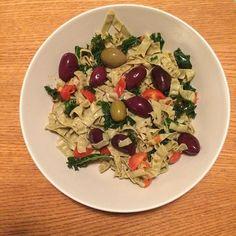 Mungbönspasta med grönkål, coctailtomater, rapsolja, havssalt, svartpeppar, basilika och oliver. Gott Nyttigt och Snabblagat #renmat #livskvalitet #middag #snabbmat #eko #energi #ekologiskt #vegetariskt #livsstilsresurs #kost #kostråd #kostrådgivning #njutning #hälsa #hållbart #eatclean #livsstil #livskvalitet