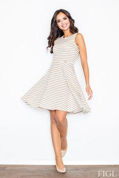 a00d265d73 Letnia sukienka wykonana z delikatnej bawełny. Model w marynarskie pasy na  szerokich ramiączkach. Góra
