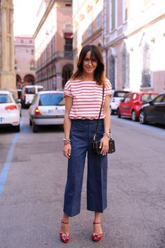 Test out the denim culotte trend with classic pieces and colors. Try them with a striped t-shirt and matching feminine heels. Denim Culottes Outfits, Estilo Denim, Stripped Shirt, Wide Leg Jeans, Wide Pants, Striped Tee, Casual Chic, Trending Outfits, Ideias Fashion