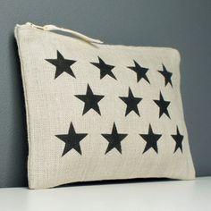 Pochette en lin naturel, doublée en lin naturel, décorée d'étoiles noires. Dimensions 20x13 cm. Une petite pochette qui vous deviendra vite indispensable dans le sac à m - 10566103