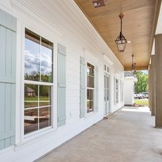 Terrific Images Modern Farmhouse windows Concepts Country chic living's come a considerable ways since Eva Gabor landed on Green Acres from life in Modern Farmhouse Interiors, Country Farmhouse Decor, Modern Farmhouse Style, Farmhouse Plans, Farmhouse Furniture, Modern Country, Country Chic, House Paint Exterior, Exterior House Colors