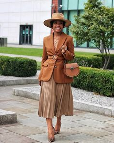 Style inspiration feature we feeling this neutral look . Photo(s)remains property of the original/tagg. Work Fashion, Modest Fashion, Fashion Looks, Fashion Outfits, Fashion Tips, 70s Fashion, French Fashion, Korean Fashion, Fashion Online