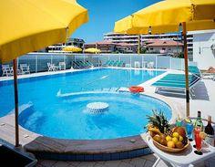 Piscina hotel royal con solarium e idromassaggio