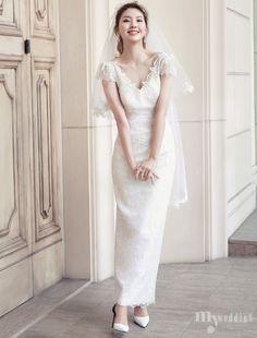 여유롭고 흥겨운 웨딩 파티를 위한 특별한 의상. 최고급 소재를 사용한 미니멀 원피스부터 심플한 웨딩드레스까지… 로즈로사에서 제안하는 웨딩 파티 웨어 브랜드, 메종 드 로제와의 첫 만남. Princess Style Wedding Dresses, Modest Wedding Dresses, Bridal Dresses, Wedding Gowns, Formal Dresses, Minimal Wedding Dress, Lace Dress, White Dress, Wedding Arrangements