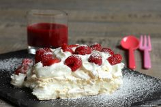 Pavlova with strawberries and framboise! Low Calorie Desserts, Just Desserts, Delicious Desserts, Dessert Recipes, Yummy Food, Pavlova Recipe, Strawberry Cakes, Smoothies, Sweet Cakes