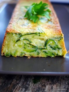 gateau invisible au courgette et parmesan - Pint Veggie Recipes, Vegetarian Recipes, Cooking Recipes, Think Food, Love Food, Food Porn, Yummy Food, Tasty, Food Inspiration